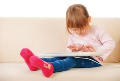 使用keybord的女孩。计算机世代 免版税库存图片