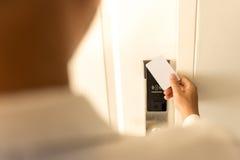 使用keycard的人不接触为在旅馆里打开门 免版税库存照片