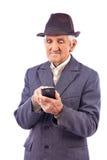使用MOBIL电话的一个年长人的画象 图库摄影