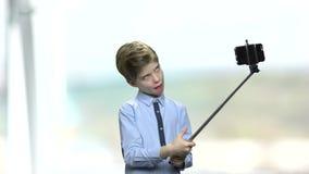 使用monopod时,做鬼脸滑稽的男孩,当 股票录像