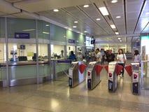 使用MRT地铁的许多人民在MRT女王诗丽吉驻地 免版税图库摄影
