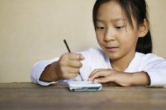 使用PDA的女孩 免版税库存图片