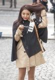 使用selfie棍子的美丽的中国女孩 图库摄影