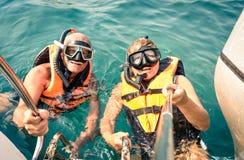 使用selfie的资深愉快的夫妇在热带海游览黏附 库存图片