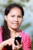 使用smartphone的妇女 免版税库存照片