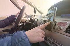 使用smort电话的妇女,当驾驶汽车时 库存照片