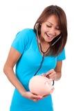 使用stethoscop的年轻愉快的美丽的亚裔妇女 免版税库存图片