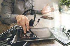 使用VOIP耳机的商人手有数字式片剂计算机的 免版税库存图片