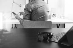 使用VOIP耳机的商人有数字式片剂计算机的和 库存图片