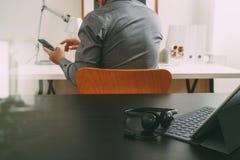 使用VOIP耳机的商人有数字式片剂计算机的和 免版税库存照片