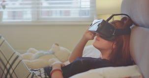 使用VR的一个逗人喜爱的少年女孩的特写镜头细节对探索虚拟世界,她非常集中了观看 股票视频