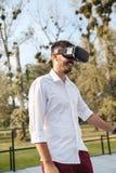 使用VR的一个年轻人 库存照片