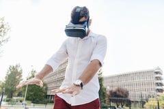 使用VR的一个年轻人 免版税库存照片
