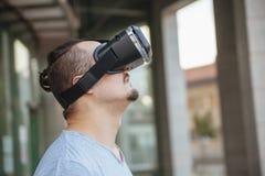使用VR的一个年轻人 库存图片