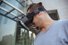 使用VR的一个年轻人 免版税图库摄影