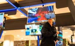 使用VR的亚裔人民为手表和戏剧比赛 免版税图库摄影
