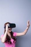 使用VR耳机玻璃的妇女 图库摄影