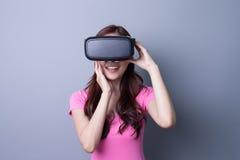 使用VR耳机玻璃的妇女 免版税库存照片