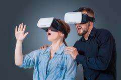 使用VR耳机玻璃的年轻夫妇 库存图片
