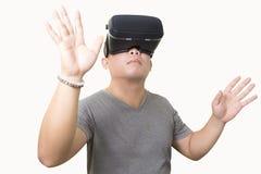 使用VR虚拟现实玻璃的激动的人 库存图片