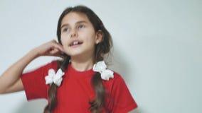 使电话我的女孩签字户外 微笑深色的西班牙的女孩做电话姿态用手和手指 影视素材