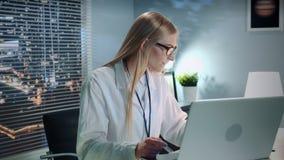 使疗期的专业心理学家中间特写镜头网上由视频通话在计算机 股票视频