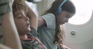 使的孩子舒适在飞机座位 股票录像