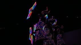 使的被带领的服装惊奇柔软女孩跳舞与发光的花 影视素材