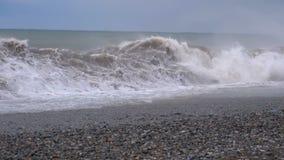 使离开的现有量海岛母亲靠岸儿子指定风暴的海运 巨大的波浪是碰撞和喷洒在海滩 慢的行动 股票视频