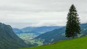 使移动在高山山的小山的云彩的看法环境美化 Timelapse 股票录像