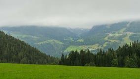 使移动在高山山的小山的云彩的看法环境美化 Timelapse 股票视频