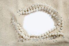 使空白复制项链珍珠沙子空间白色靠&# 库存照片