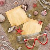 使空白消息纸张沙子贝壳sunglass靠岸 免版税库存图片