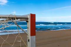 使站立在海岸的足球目标靠岸,在对海洋的水附近 免版税库存图片