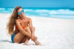 使美丽的热带妇女靠岸 免版税库存照片