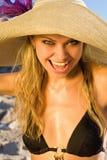 使美丽的白肤金发的帽子妇女靠岸 免版税图库摄影