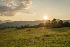 使自然夏天环境美化 在山的日落 免版税库存照片