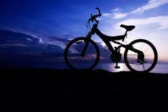 使自行车剪影靠岸 库存照片