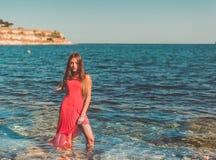 使舞蹈演员编辑可能的eps充分的夏威夷hula性感的妇女靠岸 库存图片