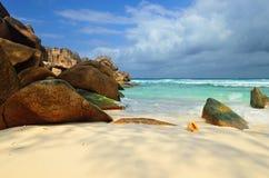 使花岗岩海岛岩石塞舌尔群岛靠岸 免版税库存照片