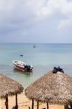 使茅草屋顶屋顶与渔船加勒比Se的餐馆小屋靠岸 图库摄影