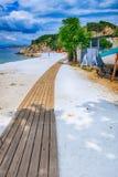 使被盖的海滩, Thassos海岛,希腊有大理石花纹 免版税库存照片