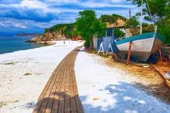 使被盖的海滩, Thassos海岛,希腊有大理石花纹 免版税库存图片