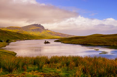 使观点的Storr岩层和湖,苏格兰的老人环境美化 免版税库存图片