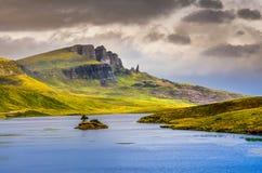 使观点的Storr岩层和湖, Scot的老人环境美化 图库摄影
