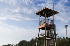 使警卫塔靠岸在海滩和海附近看人 免版税库存图片