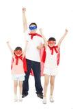 使超级英雄的父亲和女儿摆在与红色海角 库存图片