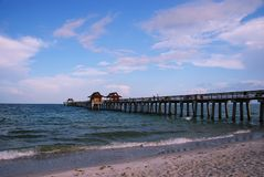 使钓鱼佛罗里达那不勒斯码头靠岸 图库摄影