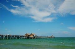 使钓鱼佛罗里达那不勒斯码头靠岸 免版税库存照片