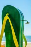 使阵雨靠岸以在海滩散步的一块挡水板的形式在Th 免版税库存照片